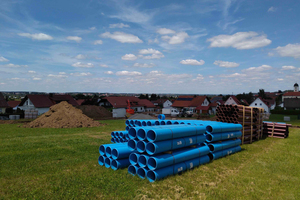 Die bayerische Gemeinde Röfingen entwässert im Trennsystem. Die farbliche Unterscheidung der HS<sup>-</sup>Kanalrohre (blau für Regenwasser, braun für Schmutzwasser) ist daher bei den Erschließungsarbeiten im Baugebiet Kirlesberg Ost von Vorteil.<br />