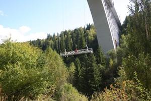 Bei den Sanierungsarbeiten am Caracau Viaduct werden zusätzlich zur QuikDeck Arbeitsplattform elektrisch verfahrbare, temporäre Arbeitsbühnen eingesetzt.