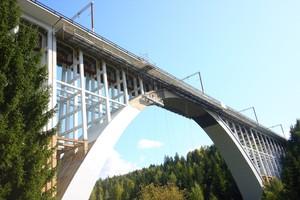 Die am Caracau Viaduct abgehängten QuikDeck Plattformen bieten eine durchgängige, sichere Arbeitsebene und ersetzen ein klassisches Raumgerüst.