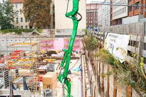 Aus der Autobetonpumpe von Heidelberger Beton wird der Baustoff zur Rohrleitung im Untergeschoss transportiert.