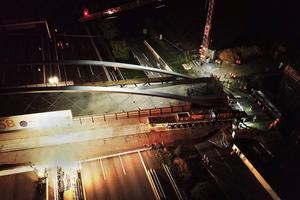 Aufsehenerregender Transport: Mit insgesamt vier SPMT Transportern beförderte Schmidbauer die 1.500 Tonnen schwere Brücke über die Autobahn an ihren Standort.