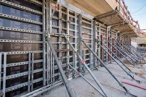 Um bei dem einhäuptigen Schalungsaufbau bis 3,31m die Noetop in der gewünschten Position zu halten setzten die Bauarbeiter die Noetop Abstützböcke ein.