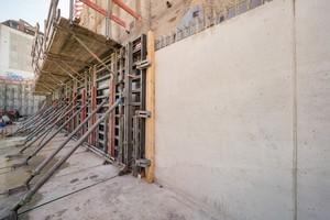 Die Baugrube wurde durch Bohrpfähle und Beton gesichert.