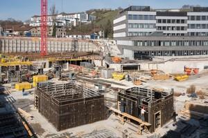 Im Hintergrund befindet sich der Bauteil, der bereits im Jahr 2019 errichtet wurde. Im Vordergrund ist der Einsatz der Noetop für den Bau von Treppenhauswänden zu sehen.