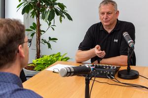 Bernd Liczewski (re.) ist als Moderator die wiederkehrende Stimme des Podcasts. Er führt durch die kurzweiligen Fachgespräche mit den Experten.
