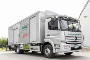 Das Team der Sanierungstechnik Dommel GmbH freut sich über ein neues Sanierungsfahrzeug der besonderen Art: ein LKW, der speziell für den Einsatz der längst bewährten Bluelight-Technologie angefertigt wurde.