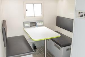 Neben der Bluelight-Technik sind auch eine Sitzgruppe sowie eine Küchenzeile für die Mitarbeiter an Bord.