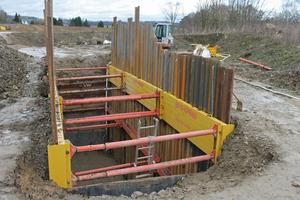 Aus dem 10 Meter langen Grubenabschnitt ragen die Kanaldielen teilwiese unterschiedlich hoch aus heraus, je nachdem wie weit sie sich im Boden versenken lassen.