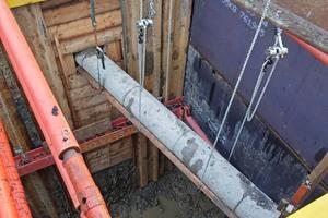 Die Arbeit in mehr als 7 Meter Tiefe erfordert hohe Zuverlässigkeit in Technik und Material. Hier werden verschiedene Leitungen gequert.