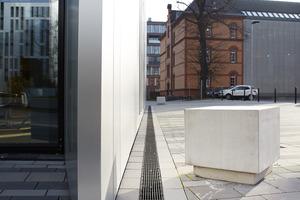 Recyfix Pro Rinnen mit Guss-Längsstabrosten am Gebäudeensemble Clara und Robert auf dem Gelände der ehemaligen Ulanenkaserne in Düsseldorf.