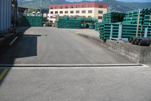 Recyfix NC Rinnen sind belastbar bis Klasse E 600. Hier entwässern sie den Logistikhof der SFS Group AG in Altstetten, Schweiz.