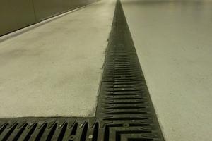 Recyfix Pro mit Fibretec Stegrosten: In Parkhäusern sind für den Einbau in Geschossdecken flache Rinnenhöhen gefordert.