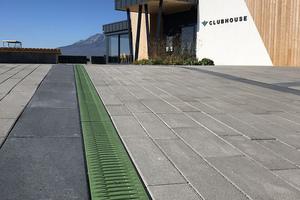 Farbige Fibretec Gussabdeckung zieren die Recyfix Pro Rinnen auf dieser Golfanlage in der Slowakei.