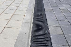 Recyfix Pro NW 200 mit Fibretec-Stegrost auf der Freifläche eines Autohauses in Plovdiv, Bulgarien