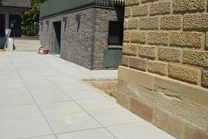 Der geringe Fugenanteil den die großen Formate von 80 x 80 Zentimeter mit sich bringen, erzeugt zusätzliche Ruhe auf dem Areal.