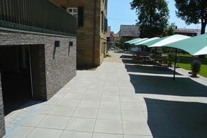 Die Terrasse hinter dem Nordheimer Rathaus wurde im Zuge der Umbaumaßnahmen mit Betonplatten im Format 80 x 80 Zentimeter erweitert.