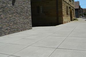 Elegant und dezent wirkt die neue Terrasse vor den beiden Fassaden der Rathausgebäude.