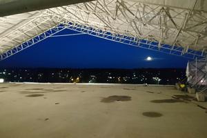 Für die Sanierung des Helikopter-Landeplatzes auf dem Dach des Mikkeli Central Hospitals wurde vorbereitend und begleitend ein Zelt errichtet, das Schutz gegen Witterungseinflüsse bot.