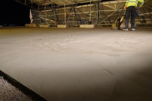 Das Verlegen von Neodur HE 65 plus ist besonders einfach, da der Baustoff direkt auf der Baustelle angemischt und ohne zusätzliche Haftbrücke direkt aufgetragen wird.<br />