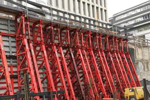 Die Stützböcke STB 450 und STB 300 mit ihrer kompakten, modularen Bauweise vereinfachten den Transport und Aufbau und ließen den Arbeitern beim einhäuptigen Arbeiten genug Raum.