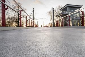 Die Fahrbahn der Brücke ist mit einem hochwertigen und verschleißfesten Dünnbelagsystem von Sika beschichtet. Die orthotrope Platte aus Stahl ist damit beständig vor Korrosion geschützt.