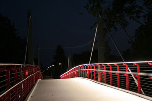 Die Beleuchtung der neuen Brücke in Harsefeld ist in die Handläufe integriert. Radfahrer und Fußgänger werden so bei Nacht nicht geblendet.<br />