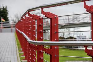 Die rote Deckbeschichtung des Brückengeländers ist mit SikaCor EG 5 Clearcoat versiegelt und so gegen vorzeitiges Abwittern geschützt.