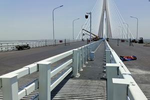 Oberdeck der doppelstöckigen Hutong-Brücke nördlich von Shanghai. Die Dehnfuge wurde in zwei Teilen geliefert und vor Ort zusammengeschweißt.