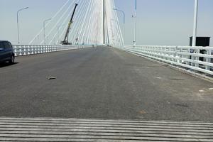 18 Lamellen gleichen die Dehnbewegungen der Hauptbrücke aus.