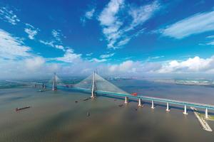 Rekordbrücke in China: Die 11 km lange Hutongbrücke mit der zentralen Schrägseilbrücke mit 1.092 m Länge.
