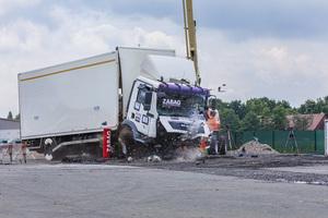 Trotz einer geringen Einbautiefe von nur 300 Millimetern widersteht der Flachfundamentpoller Z-HFFP 273 sogar dem Aufprall eines 12-Tonnen-LKW mit einer Geschwindigkeit von über 80 km/h.