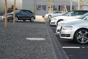 Autohaus in München, Oberflächenentwässerung wird mit Wasserreinigung kombiniert. Drainfix Clean Filterrinnen reinigen Niederschlagswasser, anschließend wird das Wasser vor Ort versickert.