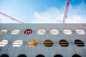 Der Beton der beiden Hauptfassaden ist anspruchsvoll gestaltet und erinnert an einen gerafften Vorhang.<br />