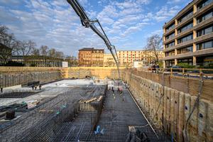 Die stark bewehrte Bodenplatte des neuen Gebäudes besteht aus rund 1.800 Kubikmeter wasserundurchlässigem Beton.