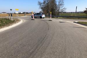 Der Kreisverkehr in Moosbach verbindet Ottobeuren und Benningen im Unterallgäu. Aufgrund einer aufgehenden Asphaltnaht war dort eine Sanierung erforderlich.