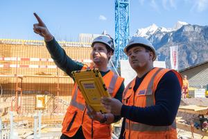 Bauführer Christian Häni (links) und BIM-Manager Stijepan Ljubicic von der Strabag AG diskutieren den nächsten Betonierabschnitt.