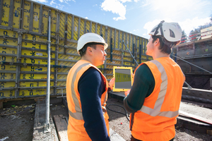 Bauführer Christian Häni (rechts) und BIM-Manager Stijepan Ljubicic von der Strabag AG prüfen den Schalungsaufbau am 3D-Modell.