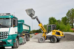 Mit seinem Teleskophubgerüst belädt der L 509 Tele mühelos größere Lkw oder Container.