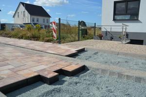 Es muss nicht immer Sand oder Splitt sein: beim Pflastersystem aus dem Hause Beton Pfenning wird die Fuge aus EPDM gebildet.