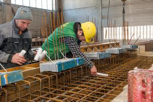 Vor dem Betoniervorgang wurde das Element Isokorb auf die Länge von 500 Millimeter halbiert und jeweils mit 500 Millimeter Abstand eingebaut.
