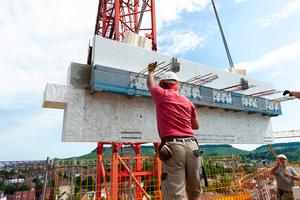 Die bis zu sieben Tonnen schweren Gesimsplatten wurden ebenso wie die Pilaster im Fertigteilwerk in Ebhausen produziert.