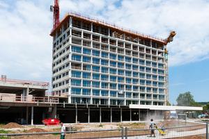 Am Stadtpark in Heilbronn ist ein luxuriöses Vier-Sterne-Plus-Hotel mit einer innovativen Betonfassade entstanden.