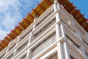Auf einer Länge von 1.000 Laufmeter sind die Gesimse wie Balkone geplant: frei begehbar und mit einem Geländer gesichert. Die schmalen Gesimselemente weisen dabei eine Auskragung von 60 Zentimeter auf.