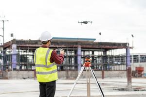 Dronesperhour weist in den Umgang mit der Drohne ein.<br />