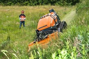 Mit dem passenden Anbaugerät findet die Funkraupe M201 in der Garten-, Landschafts- oder Böschungspflege genauso Verwendung wie bei Forst-, Kehr- und Reinigungsarbeiten.