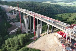 Während der Verkehr auf der bestehenden Trasse der Tiefenbachtalbrücke weiterrollte, wuchs daneben Pfeiler für Pfeiler der neuen Brücke in die Höhe. Nach deren Fertigstellung wird die bisherige Brücke abgerissen und die zweite Richtungsfahrbahn erstellt.