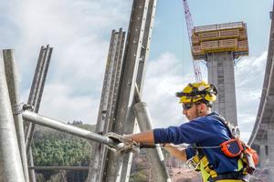 Mitarbeiter der Doka-Schalungsvormontage montierten die Selbstklettereinheit einer Pfeilerschaftschalung an einem der vier Pfeiler der Tiefenbachtalbrücke. Das Team leistete innerhalb von zwei Jahren insgesamt 20.000 Arbeitsstunden.