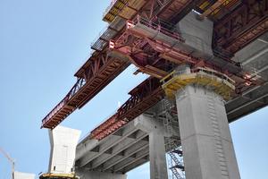 Für die Herstellung des Überbaus der Talbrücke Pfädchensgraben wurde die Steg- und Kragarmschalung von Doka auf ein Vorschübgerüst von Thyssen Krupp montiert.