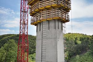 Die bis zu 90 m hohen Pfeiler der Tiefenbachtalbrücke wurden mit der Selbstkletterschalung SKE50 plus hergestellt. Die sechs Bühneneinheiten konnten in nur einem hydraulischen Hubvorgang komplett und sicher in den nächsten Pfeilerabschnitt gehoben werden.