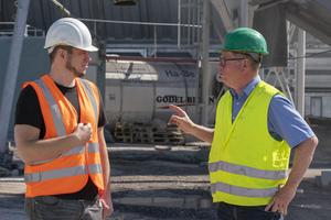 Klaus Felsch, Produktmanager Verkehrswegebau HeidelbergCement (r.) im Gespräch mit Daniel Butterfaß, Werkleiter Godel Beton (l.).